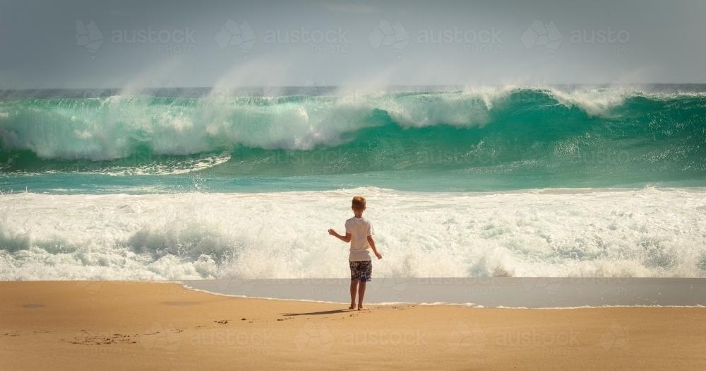 child in beach wave ile ilgili görsel sonucu