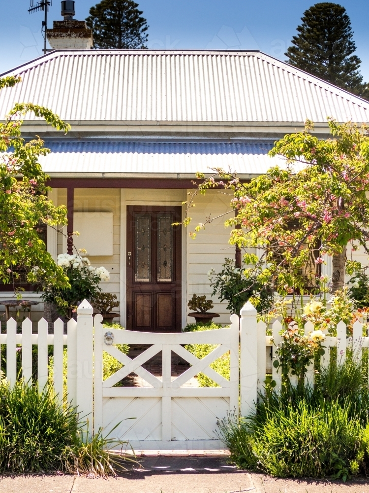 Country cottage with inviting entrance through the gate - Australian Stock Image