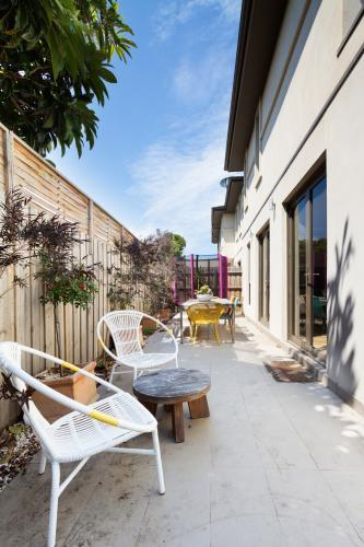 Outdoor paved courtyard in contemporary Australian townhouse home