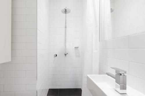 Horizontal verion of crisp white ensuite bathroom in renovated home