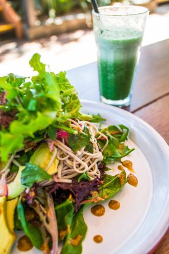 Vegan noodle salad with green smoothie