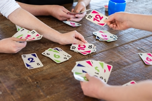 hari bermain kartu